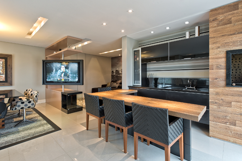 decoracao de interiores cozinha moderna: é giratória, para atender à área gourmet, living e sala de jantar