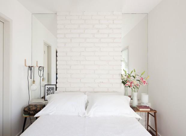 quarto-tijolos-brancos-espelhos-arquiteta-marcela-madureira