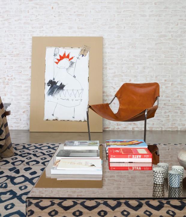 sala-de-estar-tijolos-pintura-caiada-mesa-de-centro-espelho