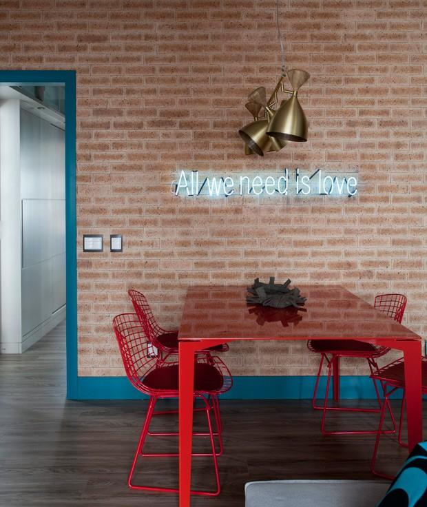 sala-de-jantar-tijolos-letreiro-neon-apartamento-arquiteta-juliana-pippi